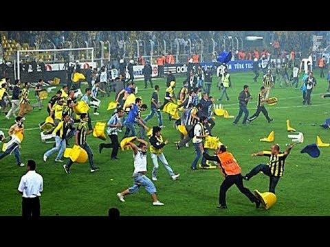 35 เหตุการณ์แฟนบอลลงสนามซัดกันนัว